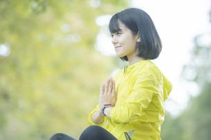 公園でヨガをする女性の写真素材 [FYI04860730]