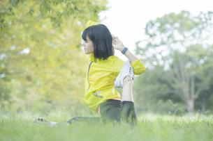 公園でヨガをする女性の写真素材 [FYI04860731]