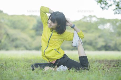公園でヨガをする女性の写真素材 [FYI04860733]