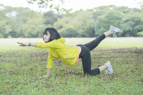 公園でヨガをする女性の写真素材 [FYI04860734]