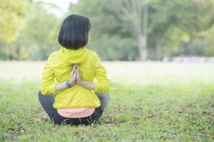 公園でヨガをする女性の写真素材 [FYI04860735]