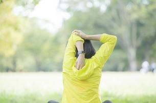 公園でヨガをする女性の写真素材 [FYI04860736]