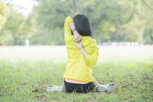 公園でヨガをする女性の写真素材 [FYI04860737]