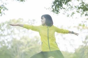 公園でヨガをする女性の写真素材 [FYI04860741]