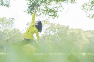 公園でヨガをする女性の写真素材 [FYI04860743]