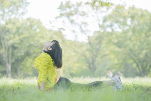 公園でヨガをする女性の写真素材 [FYI04860744]