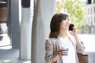 スマホで通話をしている女性の写真素材 [FYI04860749]