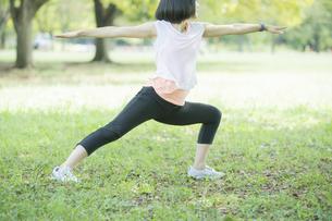 公園でヨガをする女性の写真素材 [FYI04860791]
