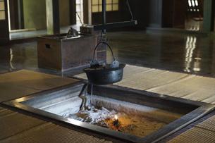 次大夫堀公園民家園の古民家、囲炉裏の鉄鍋と火の写真素材 [FYI04860914]