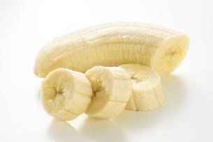 皮を剥いたバナナの写真素材 [FYI04861099]