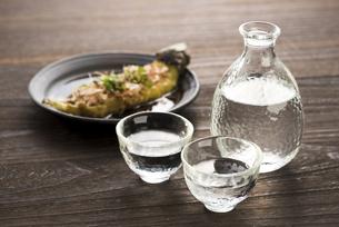 焼き茄子と日本酒の写真素材 [FYI04861132]