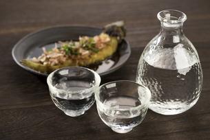 焼き茄子と日本酒の写真素材 [FYI04861133]