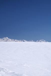 十勝岳連峰と雪原の写真素材 [FYI04861169]