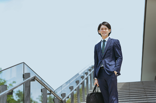 通勤中の男性ビジネスマンの写真素材 [FYI04861284]