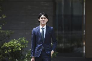 出社する若い男性・マンションのロビー背景・ビジネスイメージの写真素材 [FYI04861334]