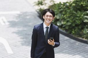 俯瞰・通勤(出社)する若いビジネスマン・ビジネスイメージの写真素材 [FYI04861352]