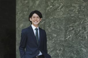 出社する若い男性・マンションのロビー背景・ビジネスイメージの写真素材 [FYI04861385]
