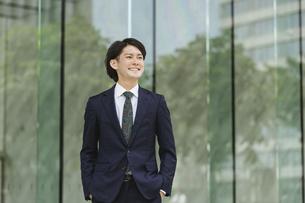 出社する若い男性・マンションのロビー背景・ビジネスイメージの写真素材 [FYI04861396]