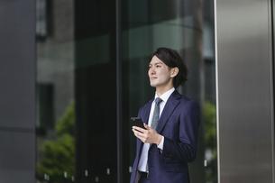 出社する若い男性・スマートフォンでIoT・ビジネスイメージの写真素材 [FYI04861403]