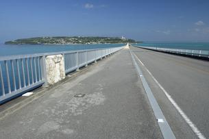 古宇利大橋からの古宇利島の写真素材 [FYI04861636]