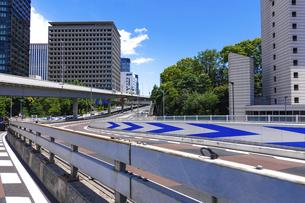 青空の青山通り、赤坂見附交差点(赤坂見附陸橋)の写真素材 [FYI04861692]