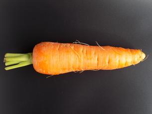 人参 黒背景 carrot Black backgroundの写真素材 [FYI04861830]