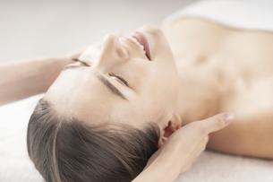 エステサロンで首をマッサージされる若い女性の写真素材 [FYI04862252]
