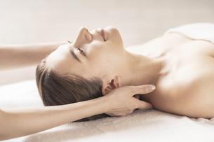 エステサロンで首をマッサージされる若い女性の写真素材 [FYI04862253]