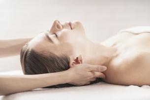 エステサロンで首をマッサージされる若い女性の写真素材 [FYI04862254]