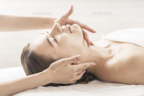 エステサロンで首をマッサージされる若い女性の写真素材 [FYI04862255]