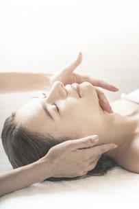 エステサロンで首をマッサージされる若い女性の写真素材 [FYI04862256]