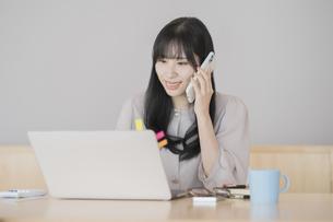 在宅で仕事をする女性の写真素材 [FYI04862295]