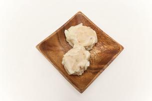 木製の皿にのせた海老シュウマイの写真素材 [FYI04862506]