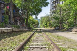 線路上の散歩道の写真素材 [FYI04862576]