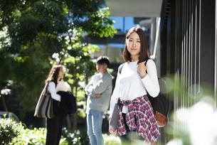 バックパックを背負って笑っている女子学生の写真素材 [FYI04862661]