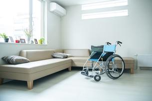 車椅子のある部屋の写真素材 [FYI04862704]