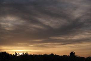 夕焼けの農場の写真素材 [FYI04862791]