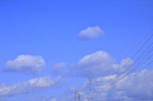 鉄塔と青空に浮かぶ白い雲の光景の写真素材 [FYI04862925]