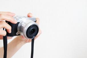 カメラを持った手元の写真素材 [FYI04862982]
