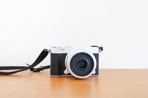 テーブルに置いたカメラの写真素材 [FYI04862984]