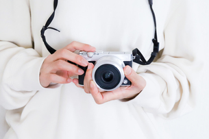 カメラを持った手元の写真素材 [FYI04862986]