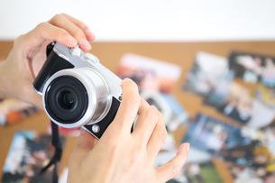 デジタルカメラを持つ手元の写真素材 [FYI04862990]
