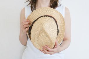 麦わら帽子を持った女性の写真素材 [FYI04862992]