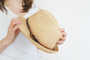 麦わら帽子を持った女性の写真素材 [FYI04862993]