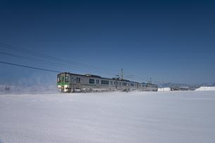 奥羽本線 電車の写真素材 [FYI04863144]