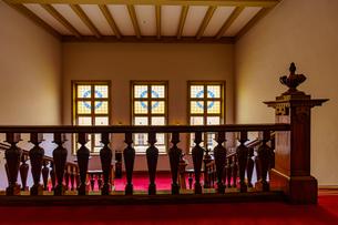文翔館の中央階段と窓の写真素材 [FYI04863224]