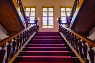 文翔館の階段と窓の写真素材 [FYI04863249]