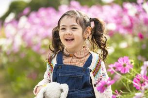 コスモス畑の女の子の写真素材 [FYI04863278]
