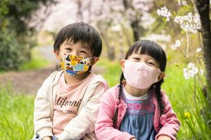 マスクをした子供の写真素材 [FYI04863292]