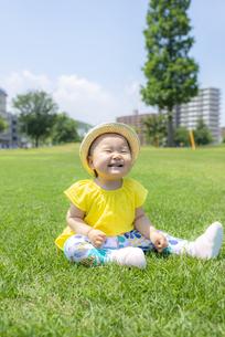 公園で遊ぶ子供の写真素材 [FYI04863399]